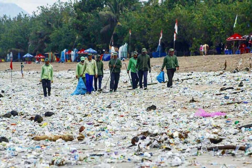 Massenhaft Plastikmüll am Strand von Canggu auf Bali