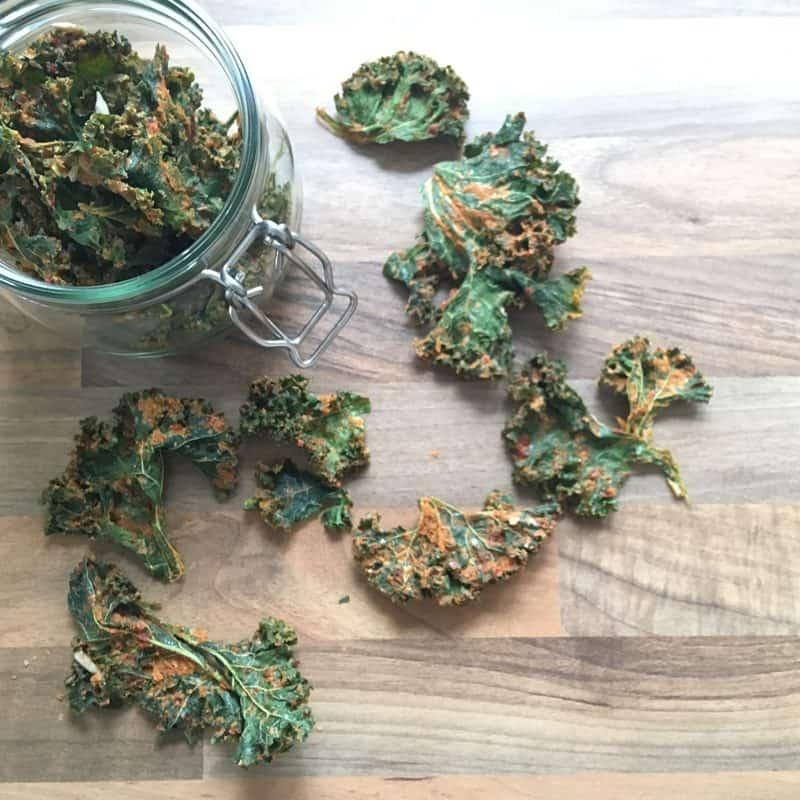 Einmachglas mit selbstgemachten Grünkohlchips