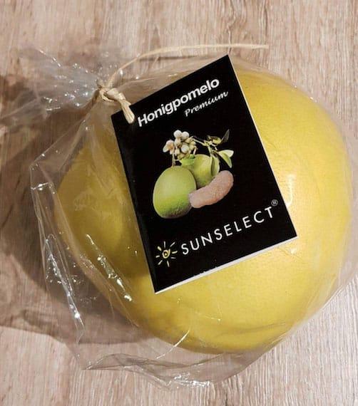 Unnötige Plastikverpackung für eine Honigpomelo
