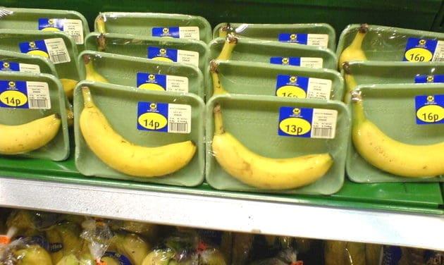 Unnötige Plastikverpackungen für Lebensmittel Bananen