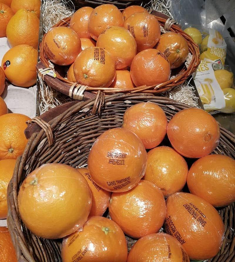Unnötige Plastikverpackung bei Orangen