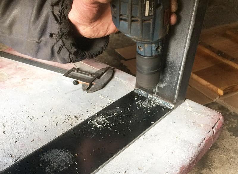 Metallkufen DIY Couchtisch aus Holzbohlen selber bauen