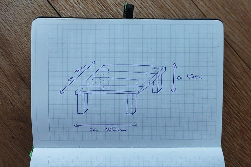 DIY Couchtisch selber bauen aus Holzbohlen