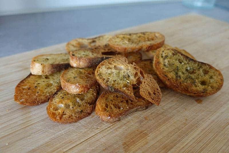 Brotchips aus altem Brot verwerten