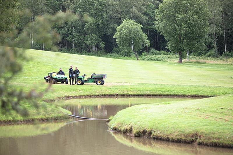 Golfballtaucher fischen nach Golfbällen