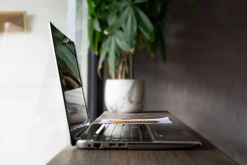 Grünes surfen im Internet - Laptop