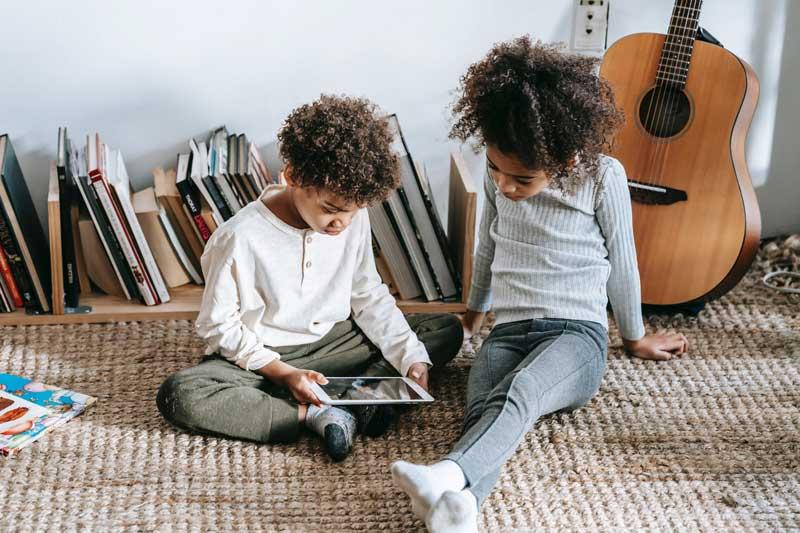 Kinder spielen auf Teppichboden