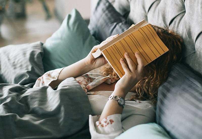 Buch lesen im Bett
