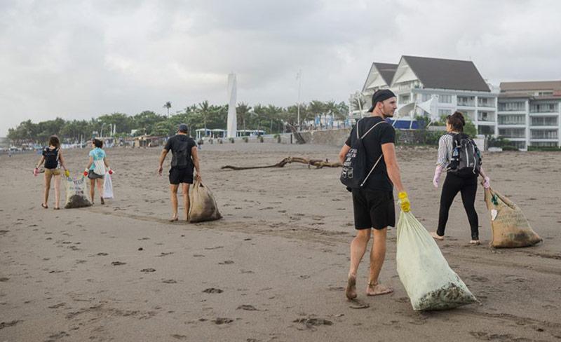Müll sammeln am Strand - Nachhaltig reisen Vorurteile