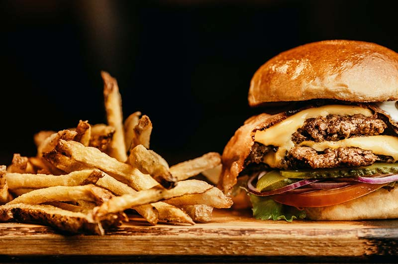 Fastfood - Burger mit Pommes