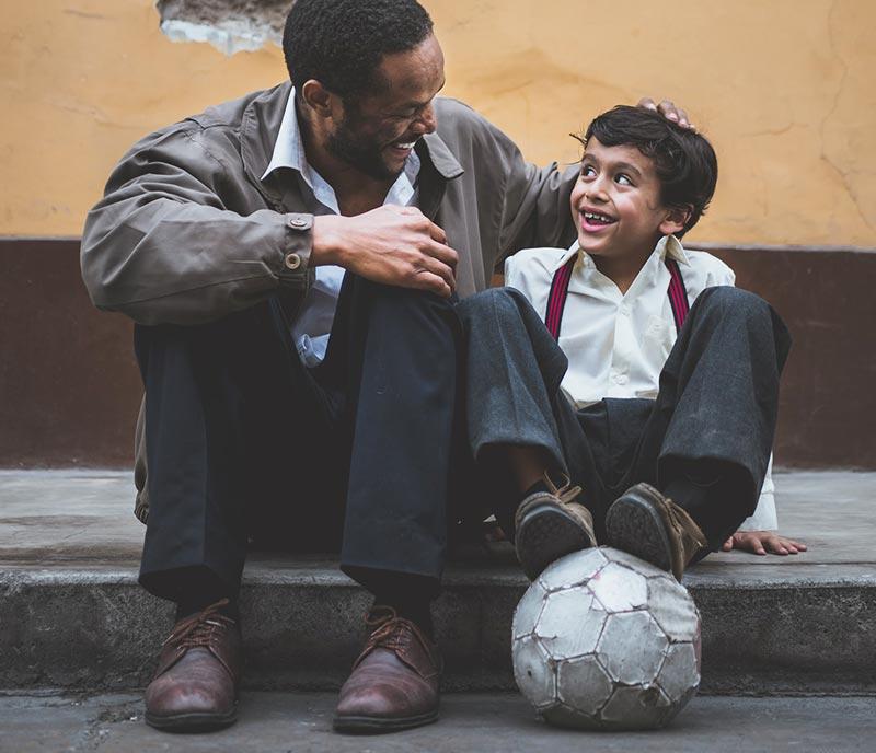 Mann und Kind lernen voneinander