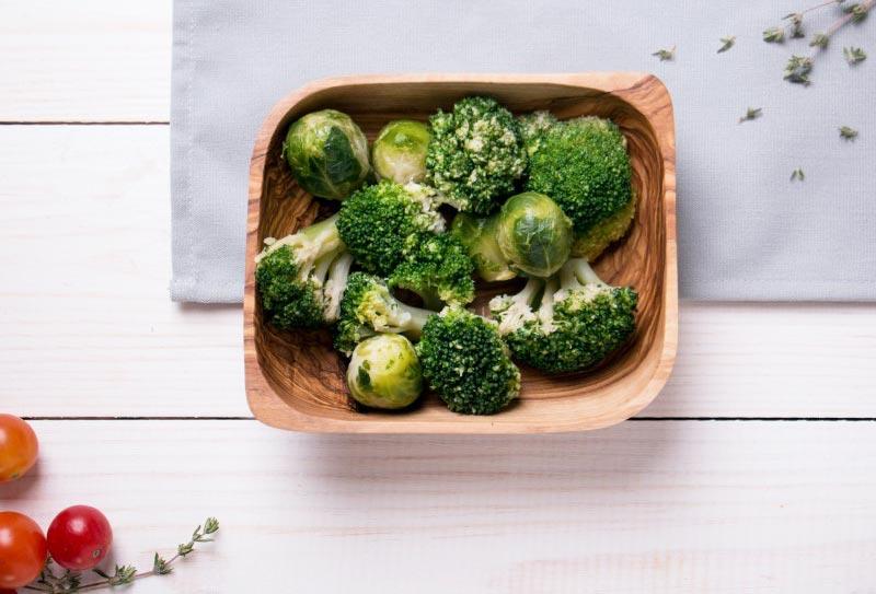 Brokkoli und Rosenkohl enthalten viel Folsäure und sind deshalb gute Folatquellen
