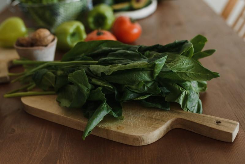 Spinat enthält viel Folsäure und is tsomit eine gute Vitamin B9 Quelle