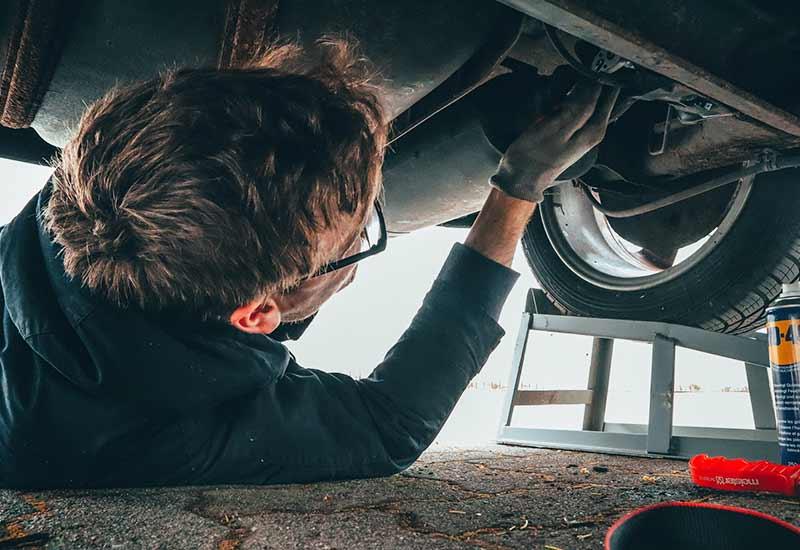 Mann repariert Auto