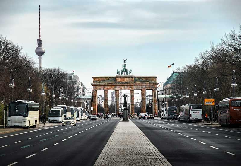 Verkehr vor dem Brandenburger Tor in Deutschland