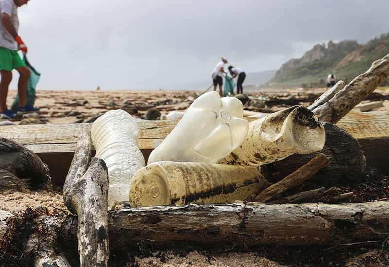 Mineralwasser-Plastikflaschen als Müll am Strand