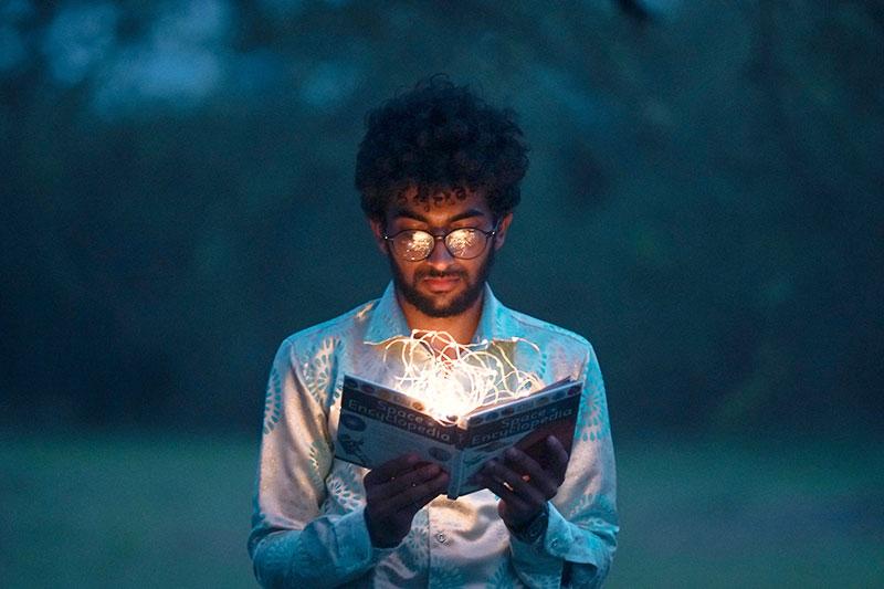Man liest in einem Buch und verbessert sein Allgemeinwissen