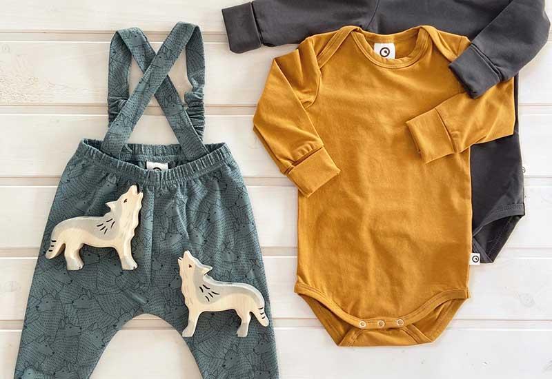 Worauf muss man bei Babykleidung achten?