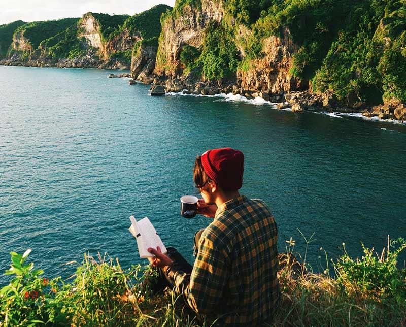 Bücher lesen draußen in der Natur