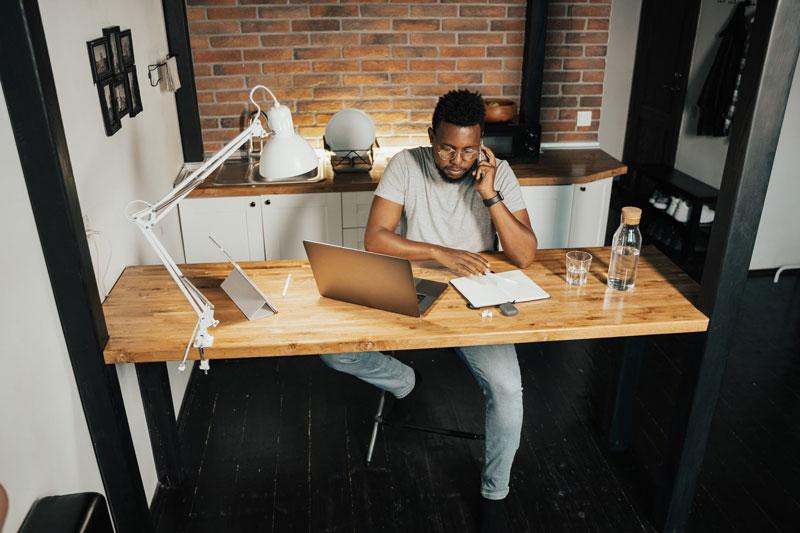 Mann konzentriert sich auf Heimarbeit Job