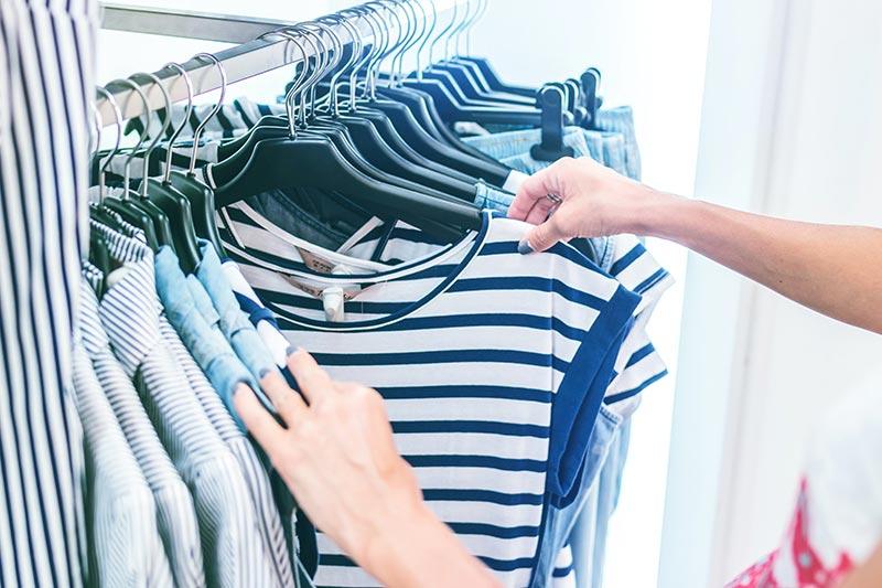 Bevorzuge Kleidung ohne Mikroplastikfasern