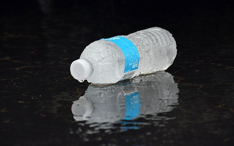 Plastikflasche mit Wasser
