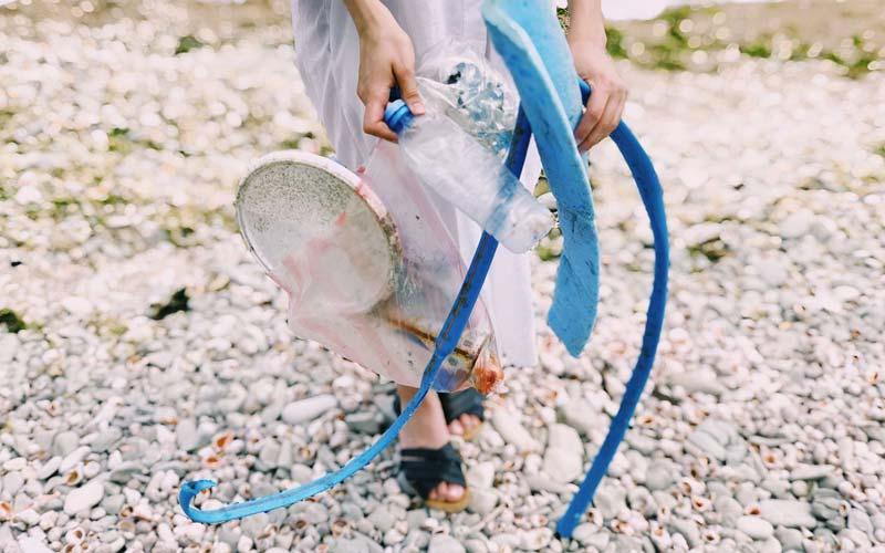 Kindern Umweltschutz näher bringen - Plastikmüll sammeln
