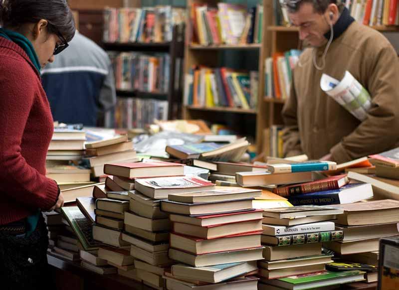 Frau und Mann kaufen Second Hand Bücher