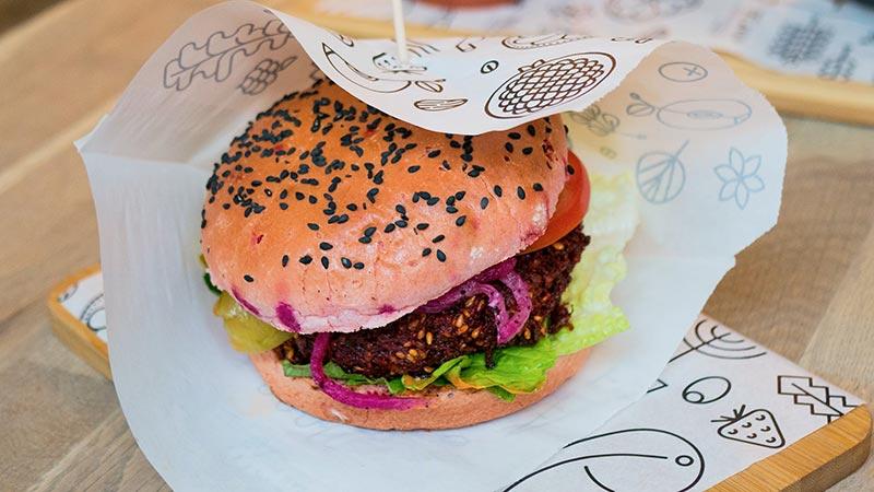 Veganer Burger in Papier