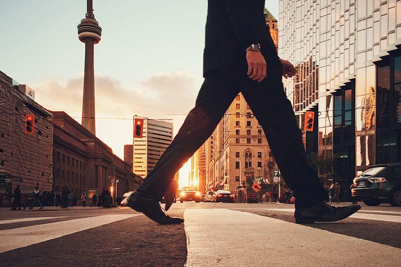 Zu Fuß gehen und Kreativität fördern